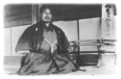 Morihei im Alter von 38 Jahren vor seinem ersten Dojo in Ayabe. Dort unterrichtet er Omoto-Kyo-Anhänger in Daito-Ryu Aiki-Jujutsu.