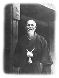 O Sensei vor seinem Dojo