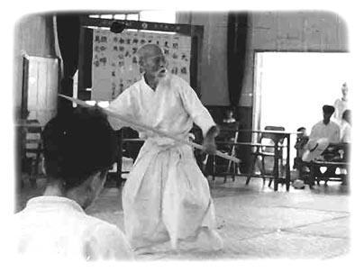 O Sensei demonstriert Techniken mit dem Jo