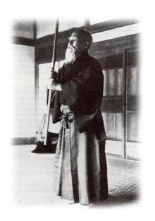 O Sensei betet zu den Kami mit Jo