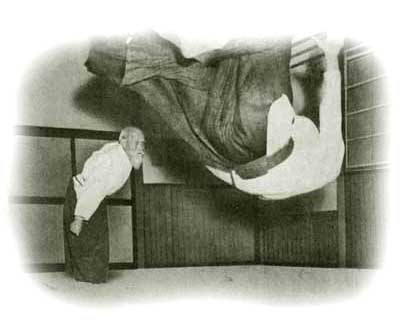 O Sensei bei der Ausführung einer Wurftechnik